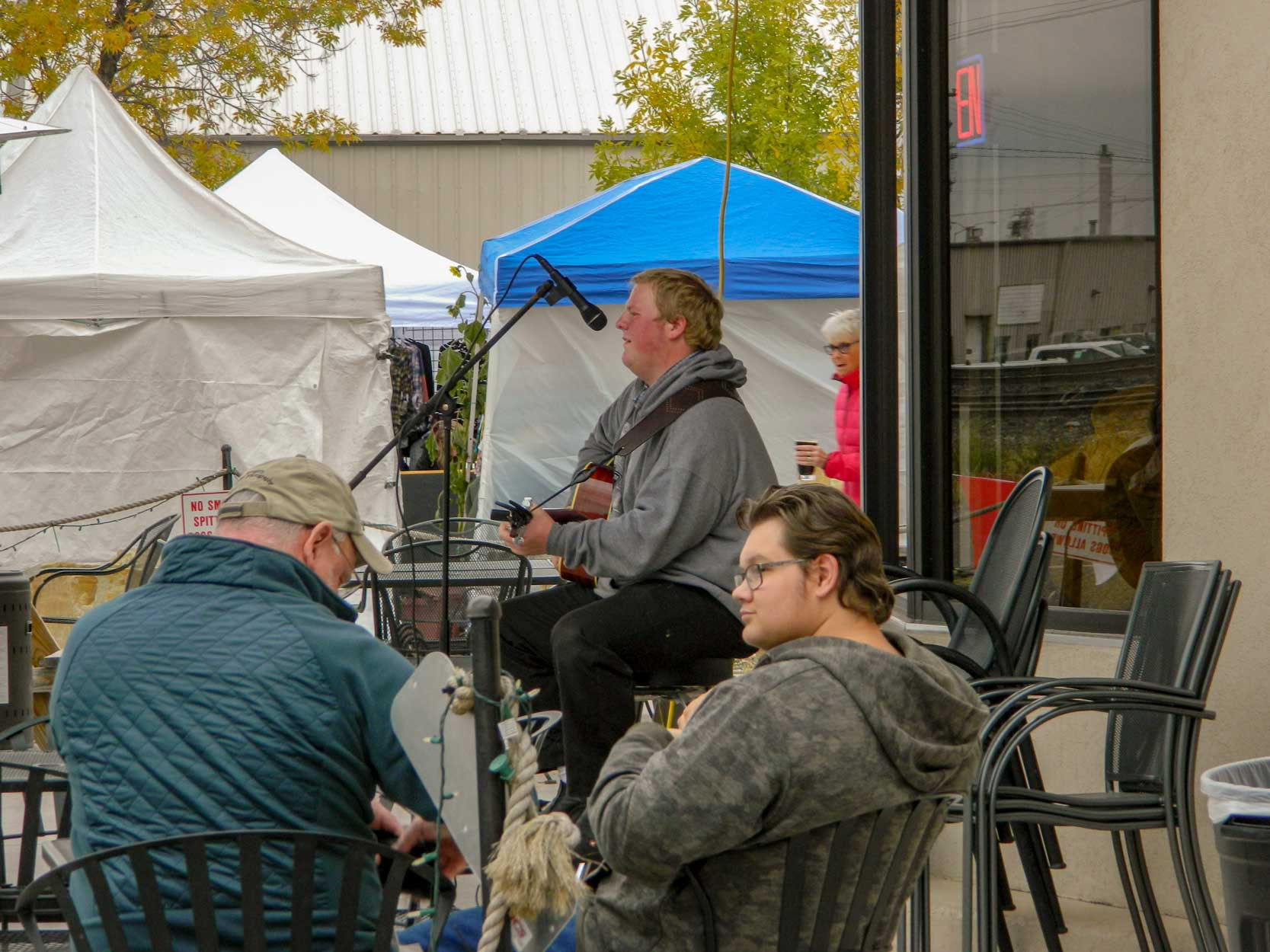 Forrest Guptill provided entertainment at the Saturday,Sept. 29, Fall Festival at High Plains Brewing and TheFront Porch. In addition to the music and beer, therewere a number of booths set up with merchants sellingclothing and other products, as well as four food trucks.