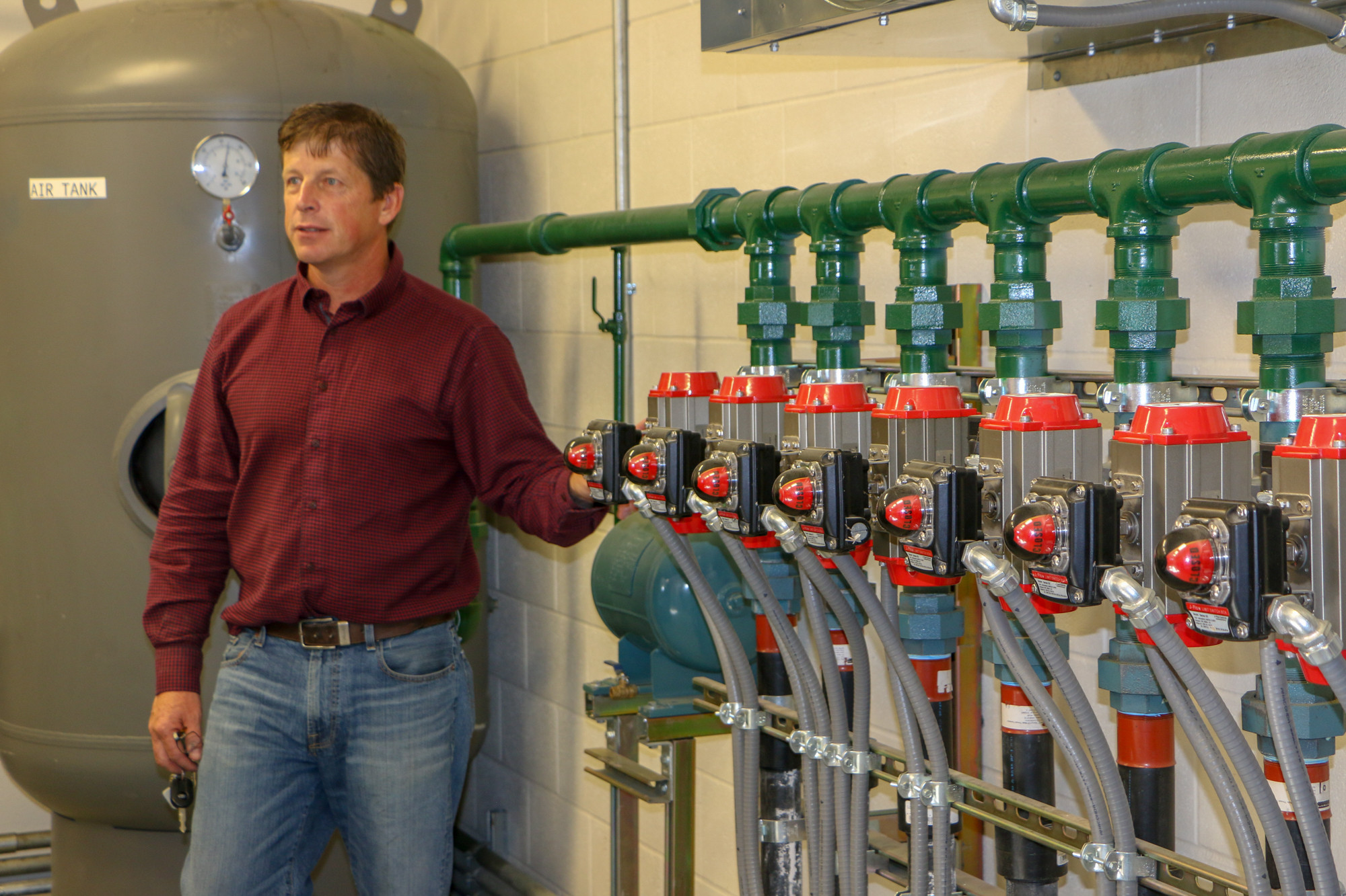 Kurt Markegardshows the council the system for the compressed air that cleansout the filters that are inside the pipeline.